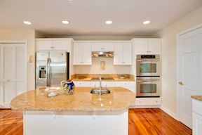 Like-New Gourmet Kitchen w/ Stainless Appliances