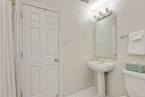 Lower Level Full Bath w/Dual Entry